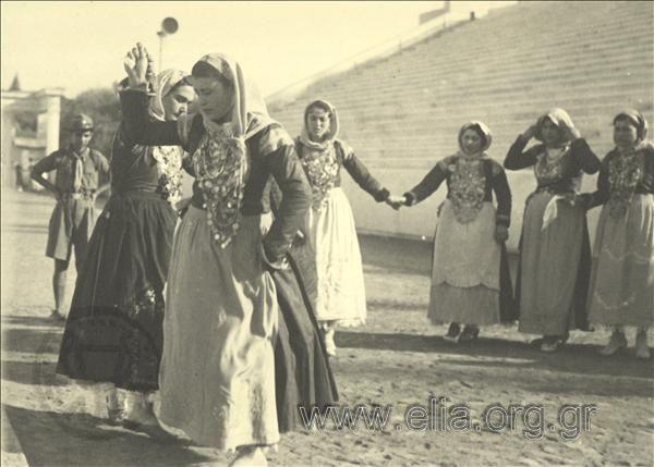 Εορτασμοί της 4ης Αυγούστου: γυναίκες με παραδοσιακές ενδυμασίες της Αττικής (Μέγαρα) χορεύουν στο Παναθηναϊκό Στάδιο.1937.