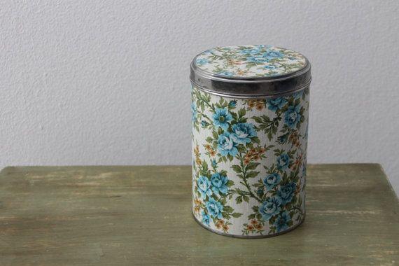 Voorraad blik met vintage bloemen behang in blauw en door KijkMaris