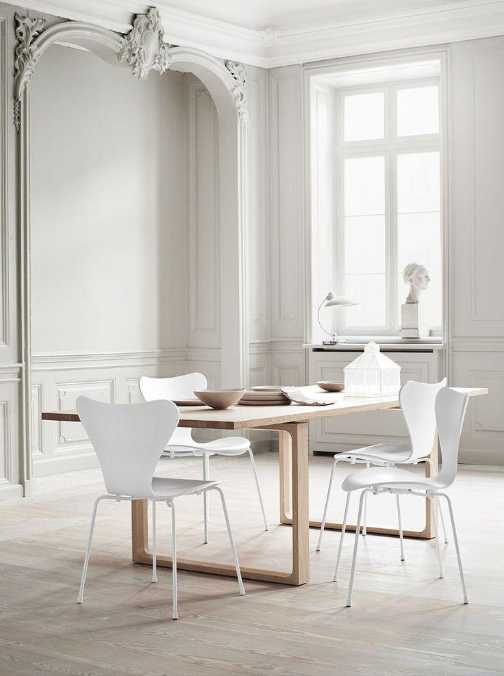 Den klassiska stolen Sjuan, eller Serie 7™, formgavs av Arne Jacobsen 1955 och är den överlägset mest populära och sålda stolen i Fritz Hansens sortiment, och kanske även i möbelhistorien. Sjuan är en vidareutveckling av Myran™ med sin formpressade fanér.Sjuan är den produkt i Fritz Hansens sortiment som finns i flest utföranden och valmöjligheter. Den är lätt och stapelbar och erbjuder alternativ som armstöd, barhöjd, barnstorlek och hjul. Man kan dessutom välja bland en mängd tyger…