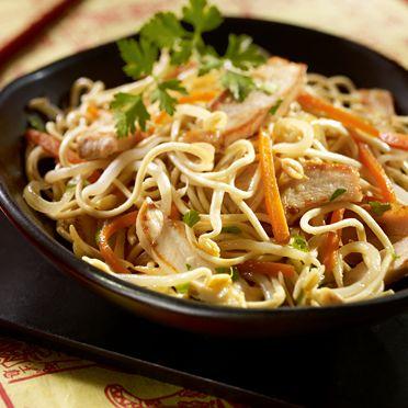 Wok de nouilles au poulet et aux germes de soja