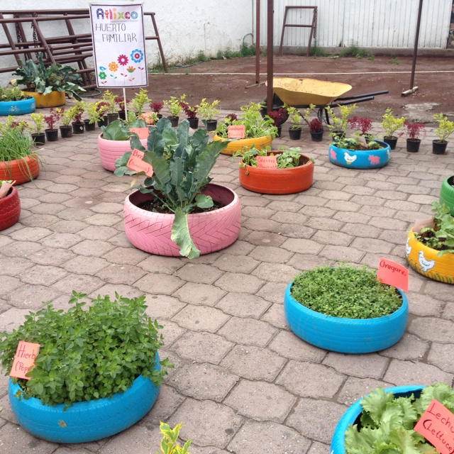 Huerto familiar con llantas nature and garden - Hacer un jardin ...