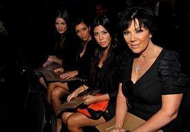 """23-Oct-2013 9:11 - KOURTNEY KARDASHIAN BEGRIJPT MODESUCCES. Kourtney Kardasian begrijpt best waarom de kledinglijn van de drie Kardashian-zusjes wereldwijd zo'n succes is. """"Wij zien er altijd goed gekleed uit, wonen in Los Angeles en hebben een droomleven. Mode is ons bestaan"""", vertelt de brunette aan De Telegraaf."""