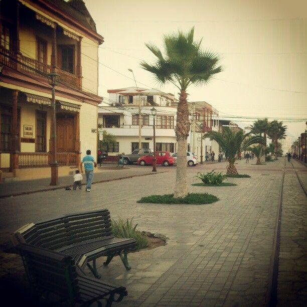 """Paseo Baquedano, calle compuesta de casas construidas con """"pino de oregon"""" durante la época del auge salitrero."""