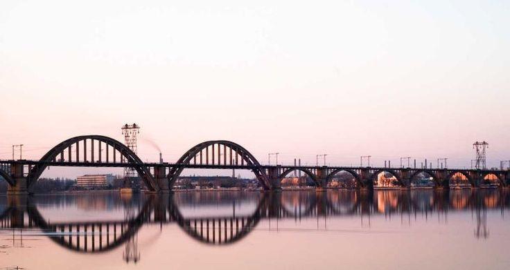 Мосты Украины: Мерефо-Херсонский мост построен в густонаселенной части Днепропетровска. Напоминая собой металлическое кружево, он является памятником архитектуры, к тому же это единственный в Европе мост, имеющий криволинейную траекторию. Изначально его планировали сделать двухъярусным: первая часть – для поездов, вторая – для остального транспорта и пешеходов, но из всего запланированного удалось осуществить только половину.   Read more at…