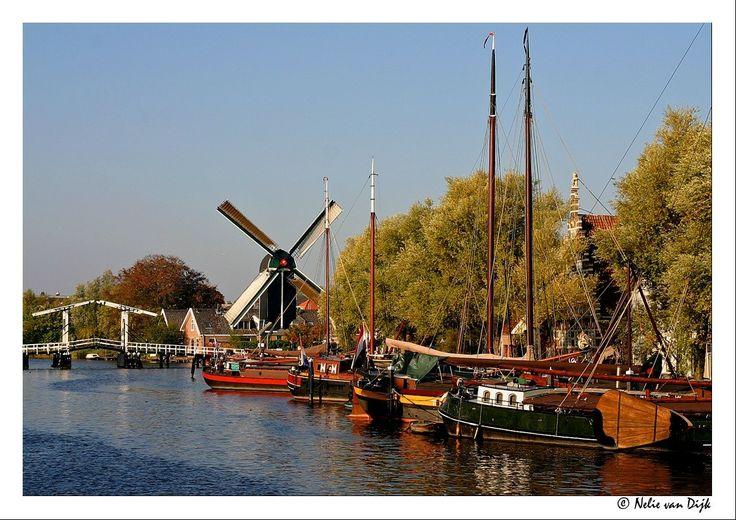 Leiden. Wat is er niet mooier dan een kleurig Oudhollands stadsbeeld zoals op deze foto, gemaakt in het provincie stadje en universiteitsstad Leiden. Op de foto zijn te zien, oude Hollandse boten, molen en de ophaalbrug over het Galgenwater. (The Netherlands)