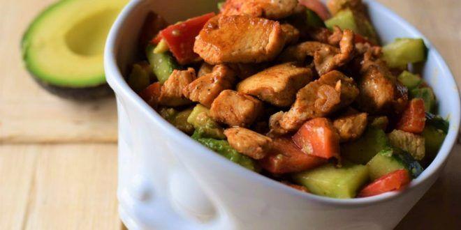 Low Carb Avocado Hähnchen Salat – frisch und lecker  Da sich viele von Euch mehr Rezepte mit Avocado gewünscht haben, die derzeit ja das Superfood schlechthin ist, habe ich ein weiteres leckeres Avocado Rezept für euch! Avocados liefern eine Menge gesunder Fettsäuren und vieles mehr. Man sollte sich deshalb öfters mal ein Stück Avocado gönnen! Das Rezept ist selbstverständlich Low Carb.
