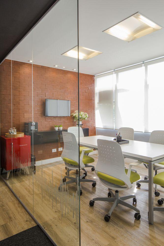 Sala de reunião. Projeto e execução: Trio Arquitetura #tijolinho #flexform #color #office #meetingroom #saladereunião #colorful #inspirations #brastempretro #escritório #moderno #contemporâneo #design #decor #interior #furniture