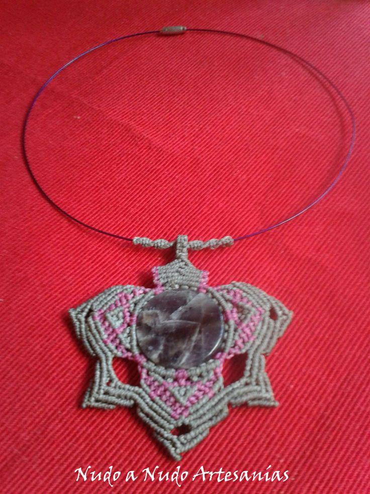 Cod.NANCLL-025. Collar realizado con la técnica del macramé en forma de estrella y engarzando la piedra semipreciosa, Quarzo.