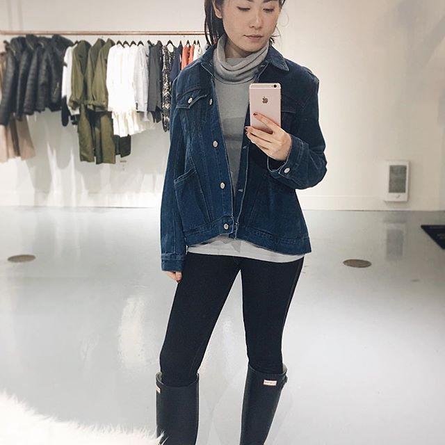 Keep it casual: Denim + Turtle Neck + Rain Boots 👌✨  .  .  .  .  .  .  #unicorniostudio #fashionboutique #womensfashion #denimjacket #ootd #ootdideas #ootdfashion #outfitselfie #instafashion #shoplocal #shopsmall #yyt