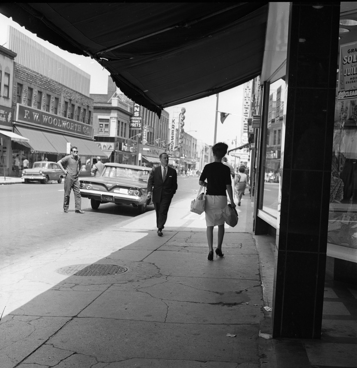 Rue Ste-Catherine face au magasin Woolworth [1961]