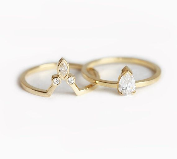 Feminine pear diamond ring set. So special! Perfect set for alternative bride. Band can be flat or rounded. Product detail: Pear Diamond - 0.3 carat,