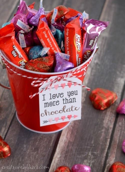 Valentine Gift Baskets Filled With Chocolate  Includes Free Printable Tags!