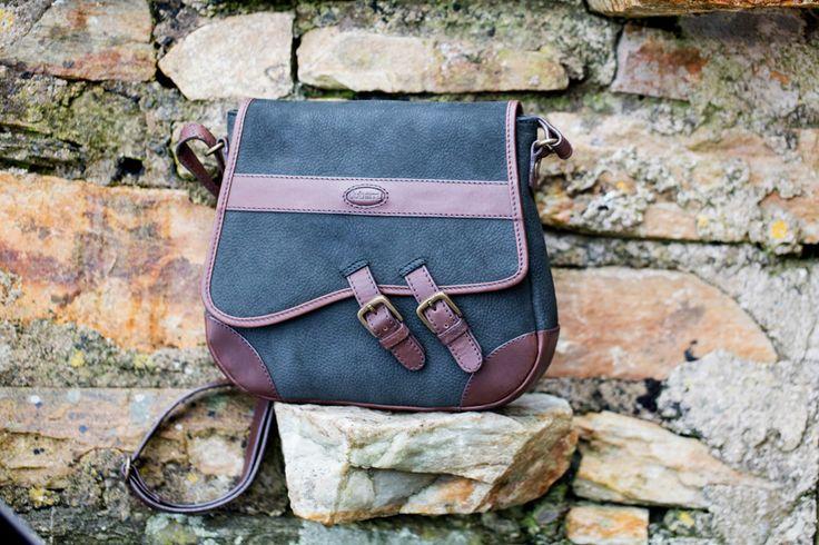 Lederen schoudertas, Boyne van Dubarry  Schitterende afgewerkte schoudertas met dubbele gesp. De tas is een aanvulling op de huidige collectie tassen.   De ritssluiting zorgt ervoor dat al uw waardevolle spullen veilig opgeborgen zijn.   Combinatie van glad en geruwd leer zorgt ervoor dat het zowel een landelijke als een chique tas is.  Leverbaar in liefst 3 kleuren!