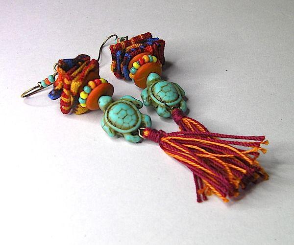 Longues boucles d'oreilles esprit ethnique/tribal/ Afrique - avec tortues, pompons, tissu - multicolores : Boucles d'oreille par anjes