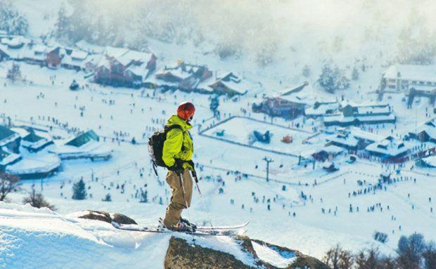 O esquiador no ponto mais alto da estação de Cerro Catedral, em Bariloche