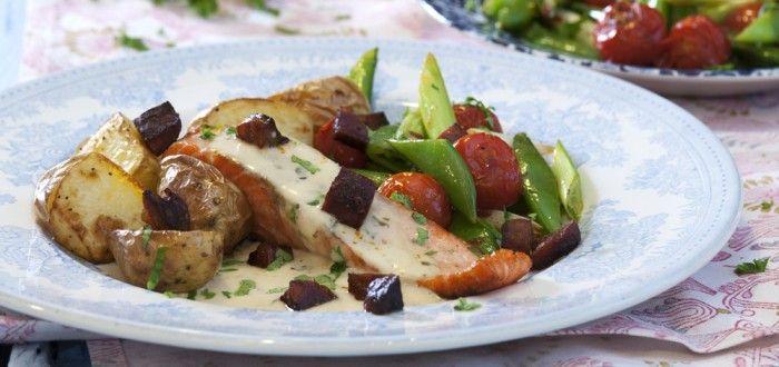 Oppskrift på stekt ørret med chorizo, grønnskaer og fiskesaus fra matbloggen Fru Timian #fisk #middag