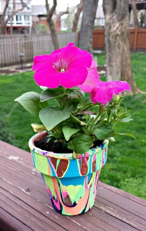 Bemalt einen Blumentopf in allen Farben, die ihr mögt. | 23 bunte Basteleien…