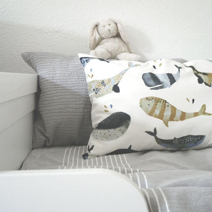 WHALE SONG Kissen für Kinder/ Kinderzimmer: Die Wale singen und pfeifen und ihre tiefen Töne sind hunderte von Kilometern weit zu hören. Das Whale-Song-Kissen aus Baumwolle bringt mit seinem lustigen Wal-Muster viel Freude ins Kinderzimmer und kleine Entdecker können ihre Umwelt spielerisch erkunden. Keine Piratenspiele mehr ohne Wale! I Nordic Butik
