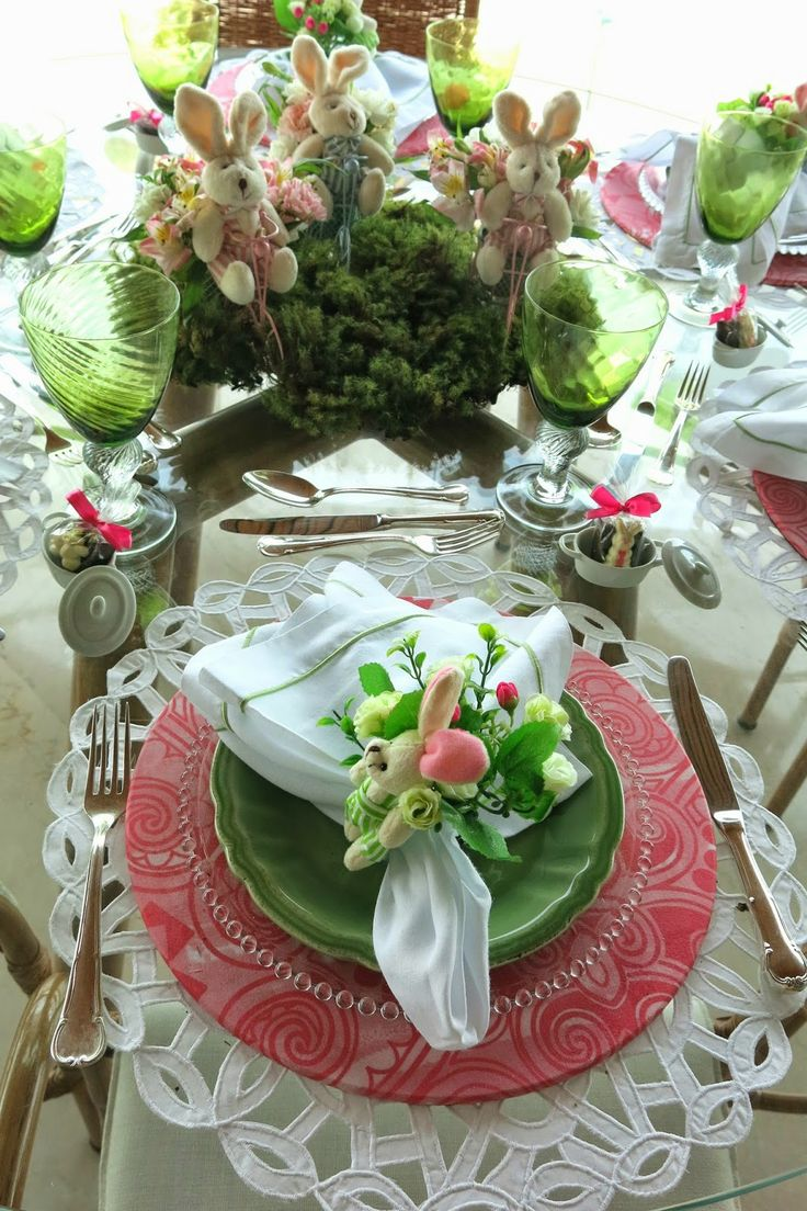 white placemat, pink/berry charger, green plate, white fabric napkin, floral napkin ring