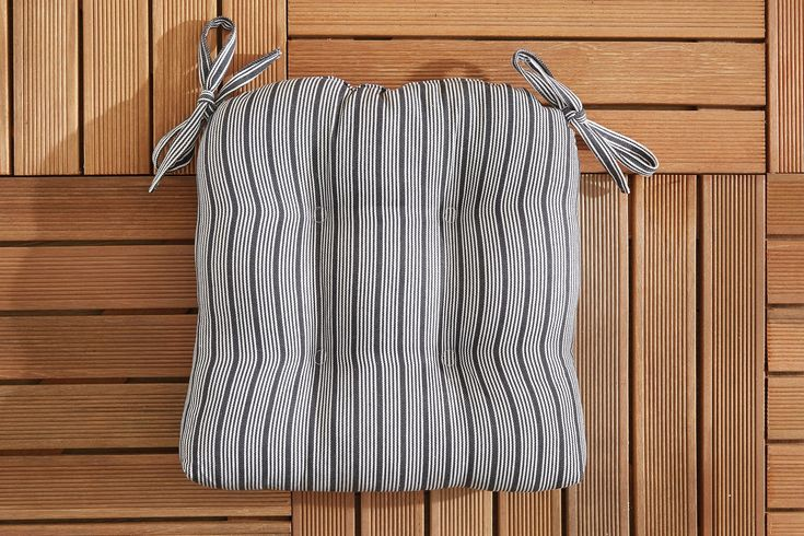 Add pattern and comfort to outdoor seating with the St Tropez Thin Stripe chair pad. Made from a cotton yarn dye cover and soft polyester fill, these chair pads are complete with a tufted finish and attachment ties.