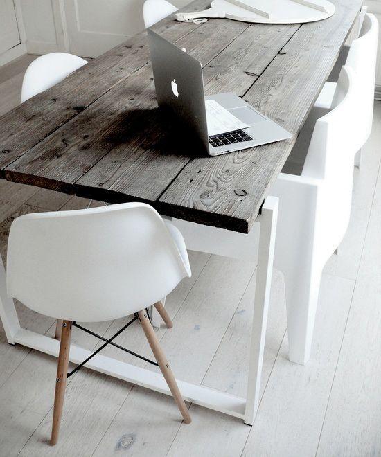 tavolo realizzato con assi di recupero e gambe in acciaio