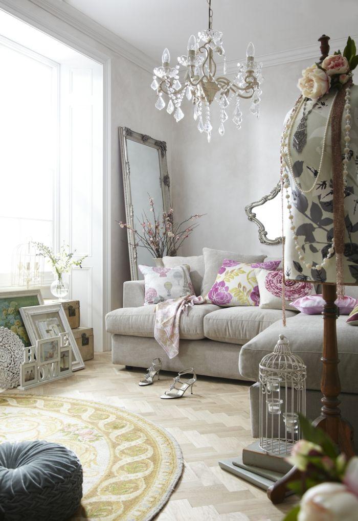 shabby chic wohnzimmer ideen kristallkronleuchter runder teppich ...