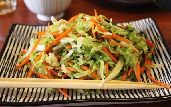 Ezeket a préselt salátákat a makrobiotikus konyha szinte mindennap kínálja a főételek mellé. Nincs konkrét recept, bármilyen zöldséggel készíthető. Gyakran azok kerülnek a salátába, amelyek az ételkészítés során kimaradtak.