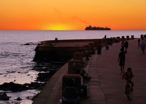 Montevideo, Rambla, atardecer, cargo