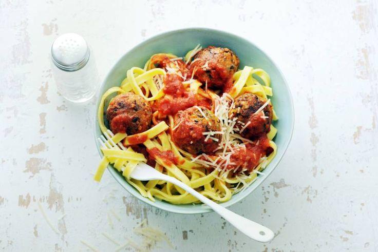 Kijk wat een lekker recept ik heb gevonden op Allerhande! Tagliatelle met veggie balls in tomatensaus