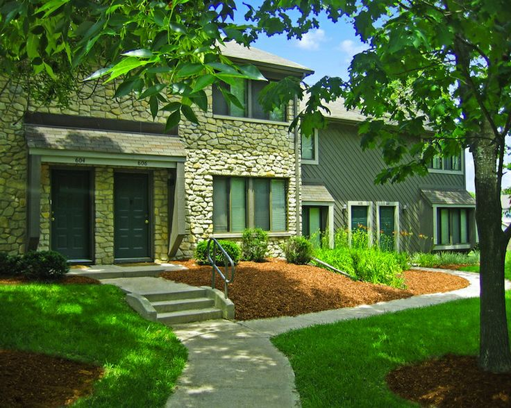 Woodbridge Apartments for rent in Bloomington Indiana, just east of the Indiana University Campus on the IU Bike path and city bus route. Located near College Mall, this pet-friendly community includes many mature trees, with patios and balconies overlooking a wooded landscape