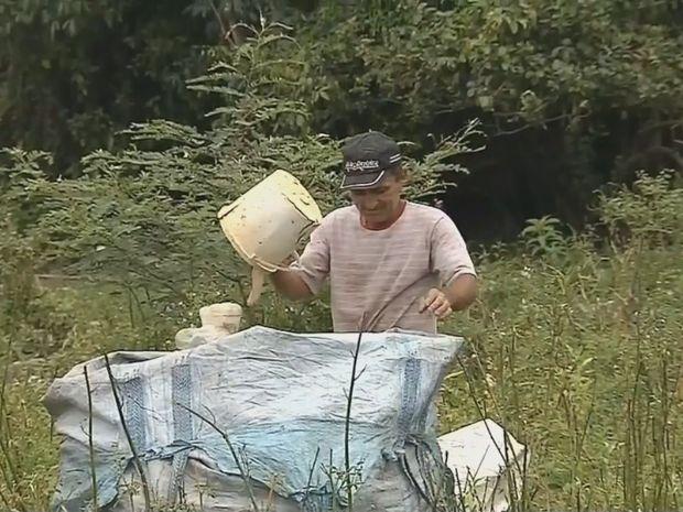 Pescadores recolhem lixo reciclável às margens de rio durante piracema - Durante a piracema, a pesca nos rios fica proibida. Em Botucatu (SP), os moradores de uma colônia de pescadores buscam por novas fontes de renda durante este período. Uma das opções é recolher materiais recicláveis que são encontrados às margens do Rio Tietê.  O pescador Severino Damião da Silva - http://acontecebotucatu.com.br/cidade/pescadores-recolhem-lixo-reciclavel-as-margens-de-rio-du