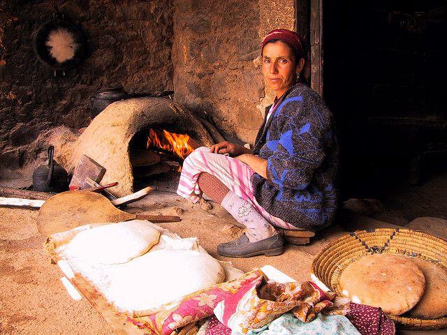 maroc une femme devant le four pain traditionnel pains et brioches pinterest. Black Bedroom Furniture Sets. Home Design Ideas