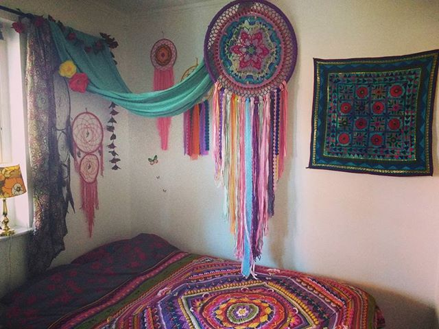 Bäddat sängen & hängt upp min drömmis 🎪🌼✨ . #drömfångare#sovrum#hemmahosmig#bohem#hippie#sophiesuniverse#mandala#färg#dreamcatchers#bohohome#virka#crochethome#yarnlove
