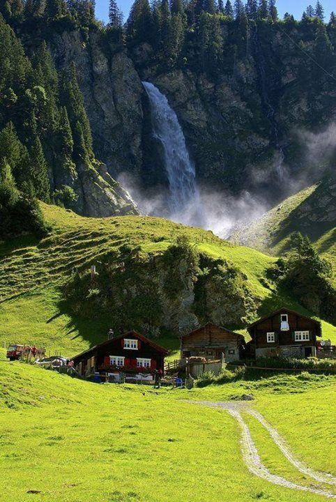 Panorama dal Klausenpass in Svizzera Che meraviglia questa cascata e queste baite alpine nei pressi delKlausenpass in Svizzera. In Italiano, il Passo del Klausen, ...