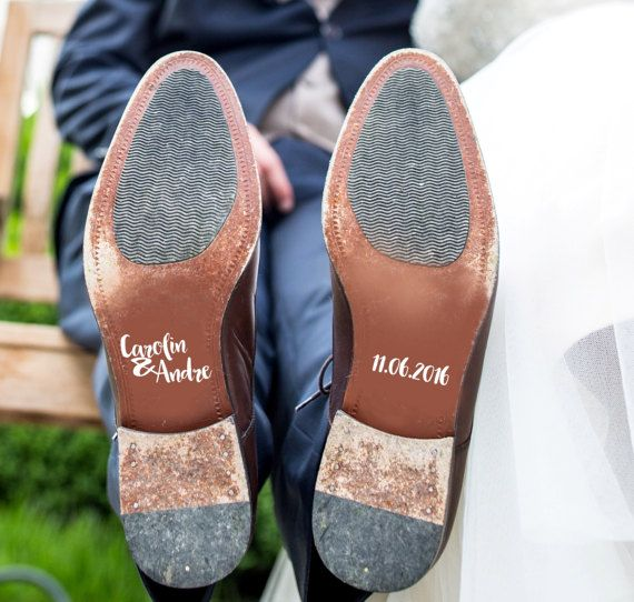 Ob auf die Brautschuhe, Schuhe des Bäutigams, Brautjungfer oder Trauzeugen: Diese Aufkleber sind ein geniales Requisit für eure Hochzeitsfotos. Zu finden auf Etsy.