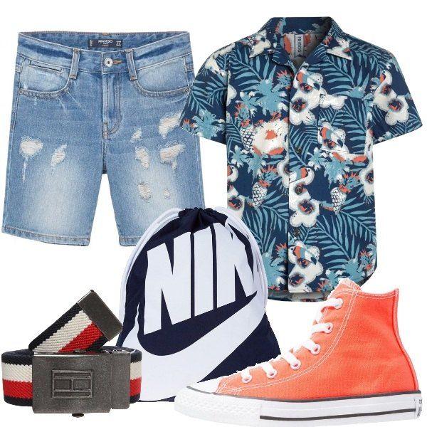 Outfit composto da camicia a fantasia floreale nei toni dell'azzurro e dell'arancio, bermuda in jeans leggermente usurati e sneakers alte colorate. Completa il look la sacca Nike e la cintura con fibbia.