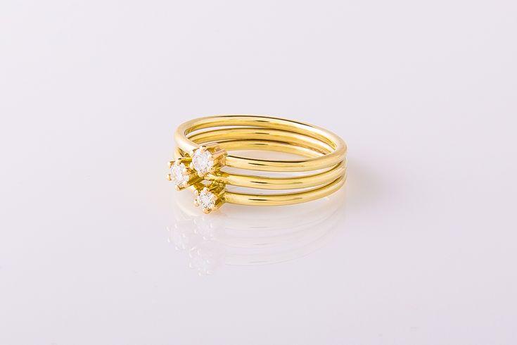 Handgemaakte gouden verlovingsring met drie briljant geslepen diamanten in zespootchatons. 14 karaat geelgoud.