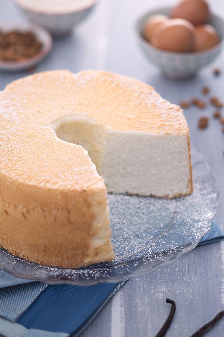 La #angel #cake (angel food cake) è una leggera e semplice torta made in #USA, talmente morbida che sembra angelica. Realizzata solo con #albumi montati a neve ferma, aroma e #zucchero, questo dolce ha una consistenza unica! Perfetta da accompagnare ad una delicata #crema inglese. #ricetta #GialloZafferano #americanfood #americanrecipe #ExpoMilano2015