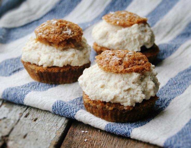 MuffinsSemla med Hasselnötsmassa & Mandelgrädde <3 Ekologiskt, Glutenfritt, Laktosfritt http://www.evelinasekologiska.se/ Evelinas Ekologiska