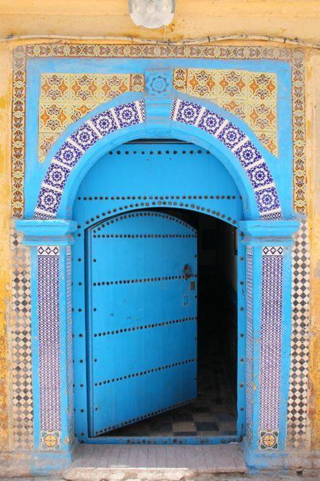 Door is EssaouairaTurquoise Blue, Kitchens Colors, Blue Doors, Front Doors, Turquoise Doors, Aqua Doors, Secret Doors, Yellow Doors