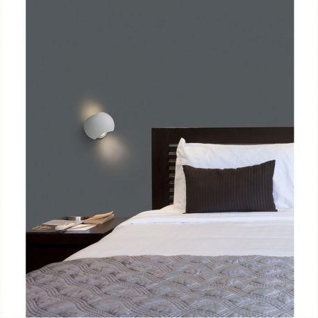 L'applique chambre design Swing est discrète mais remplit plus d'un rôle. Conçue par les designers Alex et Manel Llusca, cette lampe dispose d'une surface pratique et versatile. Elle bénéficie d'une double fonctionnalité : applique pour illuminer le mur et liseuse.