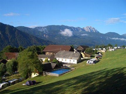 KARINTHIË, Steinfeld, Camping Bergfriede, SVR: 22,- euro, Deze terrassencamping heeft plaatsen zonder schaduw. De camping beschikt over een buitenzwembad.