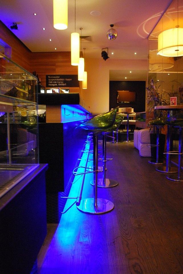 Umbau von T5 Röhren auf farbwechselnde RGB LED-Bänder.   LED ... on restaurant and bar, restaurant bar area, under bumper light bar led, light-up coasters led, restaurant bar design ideas,