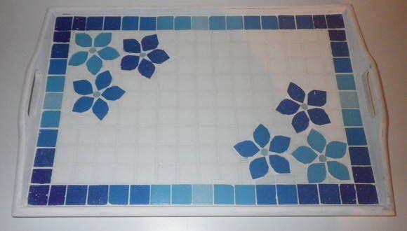 Bandejinha em mosaico de pastilha de vidro,  com motivo floral em degrade de azul. Super leve e delicada !!! R$ 68,00