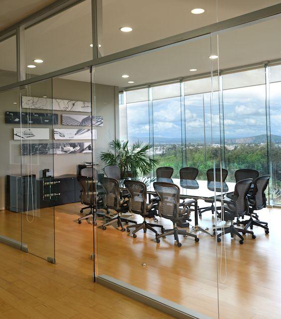 Oficina moderna victoria plasencia interiorismo dise o for Interior oficinas modernas