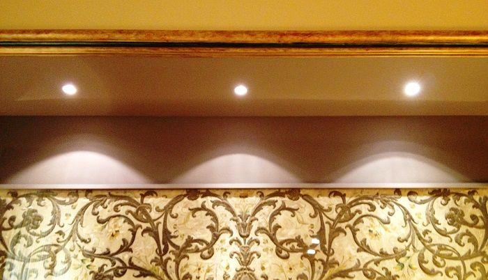 L'illuminazione riveste un ruolo fondamentale: aiuta a rivelare gli elementi importanti di un progetto, dà vita all'architettura, a un edificio, con una certa suggestione crea emozioni.