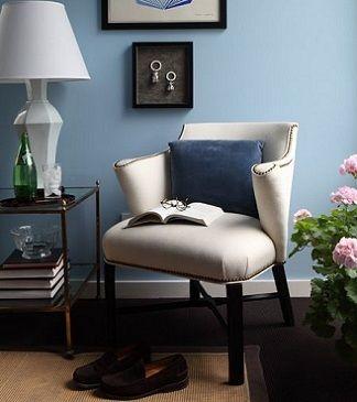 kis kosesi dekorasyon fikirleri beyaz gri mavi kahverengi deri koltuk sal aydinlatma ve duvar resimleri