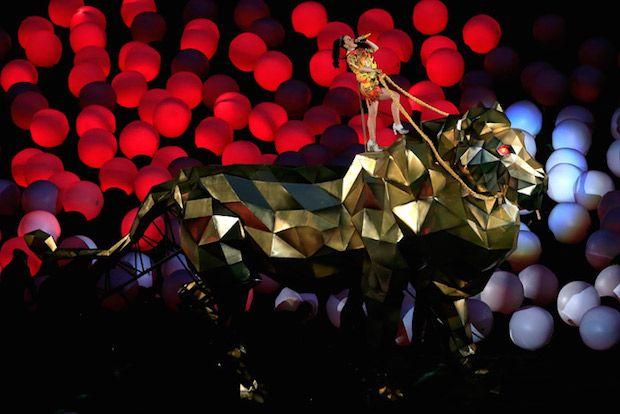 Katy Perry – Finale Super Bowl 2015 – Phoenix  C'est à l'occasion de la Finale 2015 du Super Bowl que Katy Perry s'est produite à la mi-temps pour un show de 12 minutes devant les 65000 spectateurs du University of Phoenix Stadium situé à Phoenix (Etats-Unis). Une mise en scène bien huilée intégrant de nombreuses sources Led, la star américaine était accompagnée de Lenny Karavitz et Missy Elliott. Ce show à battu tous les records d'audience enregistrant plus de 118 Millions de…