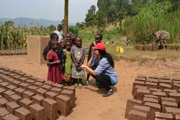 «Μια δασκάλα ζωγραφικής στη Ρουάντα». Αυτός είναι ο τίτλος του blog της, ενδεικτικός του λόγου για τον οποίο ήθελα να μου δώσει συνέντευξη. Μια δασκάλα ζωγραφικής, λοιπόν, η οποία συμμετείχε στο ευρωπαϊκό πρόγραμμα Send my friend to school (συντονιστής για την Ελλάδα ήταν ActionAid Hellas). Μια εμπειρία ζωής γίνεται η αφορμή για να μου πει την ιστορία της ζωής της, να συζητήσουμε για την τέχνη και την εκπαίδευση, αλλά και το νέο της project που τιτλοφορείται «Δίκτυο Τέχνης και Δράσης».