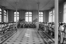 Réfectoire des infirmières. Hôpital de la Salpêtrière. Paris, vers 1910.